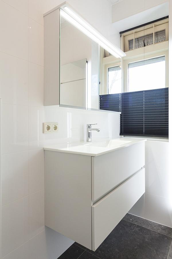 Verwarming sanitair badkamers installatiebedrijf van den berg hoogstraten - Badkamer renovatie m ...