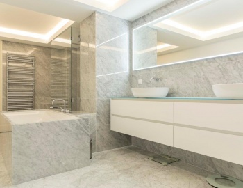 Badkamer met Carrara natuursteen op maat